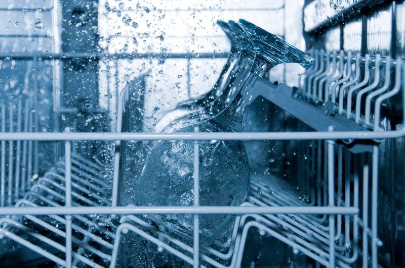 Was geschieht hinter der Klappe, sobald der Geschirrspüler angestellt worden ist? Wasser läuft ein, wird enthärtet, erhitzt und druckvoll auf die zu spülenden Teile gespritzt. In einem weiteren Spülgang kommt Reinigungsmittel dazu. Die Materialien, die man einräumt, müssen daher ein gewisses Maß an Hitze und Chemie aushalten können. Das sind bestimmte Sorten von Kunststoff, Metall, Keramik und Glas.