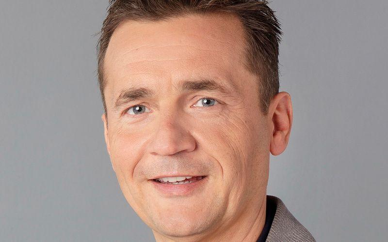 """Donald Bäcker arbeitet als Meteorologe für die ARD. Vor allem als Wetterfrosch des Morgenmagazins ist er den Zuschauern bekannt. Im Interview spricht der 53-Jährige über """"psychologisch"""" gefärbtes Wetter und Natur-Kapriolen, die uns aufgrund des Klimawandels bevorstehen."""