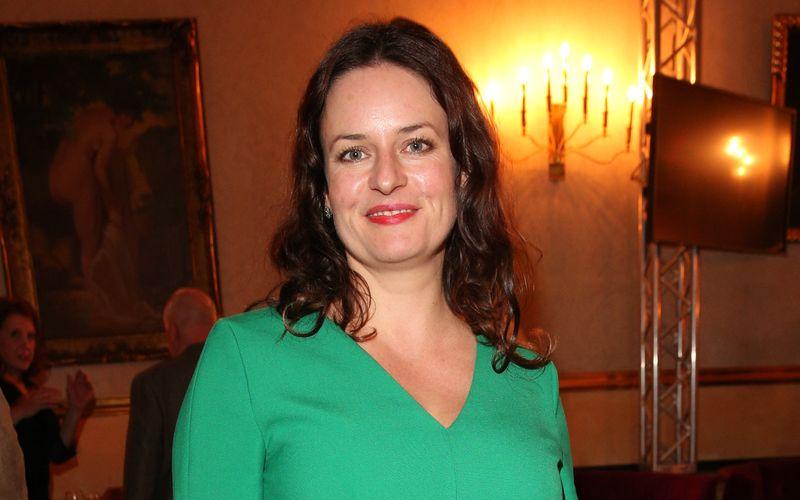 Angela Ascher wurde 1977 in Landshut geboren. Nach ihrem Abitur studierte sie an der Hochschule für Musik und Theater Hamburg sowie an der Filmhochschule in Los Angeles. Anschließend war sie in verschiedenen Theatern sowie zahlreichen Fernsehrollen zu sehen.