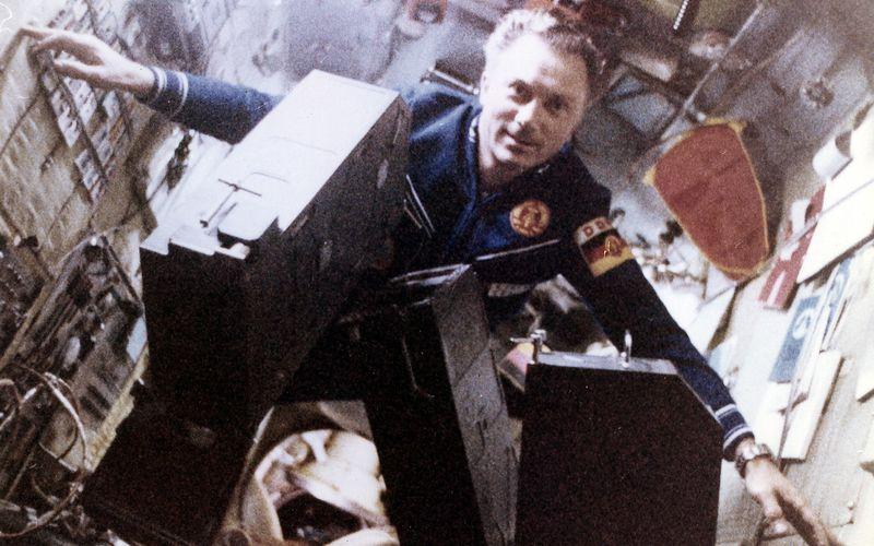 """Der erste Deutsche im Weltall war kein Astro-, sondern ein Kosmonaut: Sigmund Jähn flog am 26. August 1978 zusammen mit dem Russen Waleri Bykowski zur sowjetischen Raumstation Saljut 6. Bei seiner siebentägigen Mission umkreiste er 125 Mal die Erde, nach seiner Rückkehr wurde er als """"Held der DDR"""" gefeiert und erhielt zahlreiche Auszeichnungen. Jähn starb 2019 im Alter von 82 Jahren."""