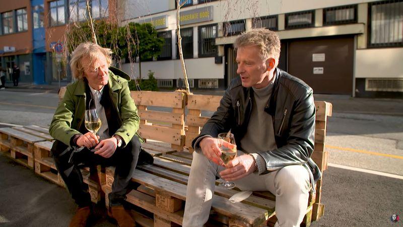 """""""Eine Insel klingt romantisch"""", erklärte Jörg Pilawa (rechts) im Gespräch mit Pierre M. Krause, """"ist aber oftmals das Gegenteil davon""""."""