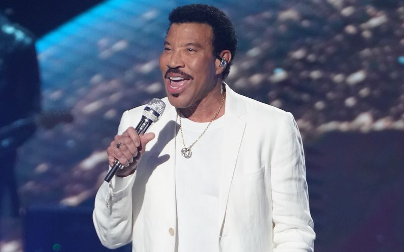Lionel Richie hat Grund zum Feiern: Der US-amerikanische Sänger wird am 20. Juni 72 Jahre alt. Neben seinem großen Talent als Sänger verfügt der Musiker aber auch über ganz andere Fähigkeiten. Welche das sind und mehr Kurioses über das Leben von Lionel Richie finden Sie in der Galerie.