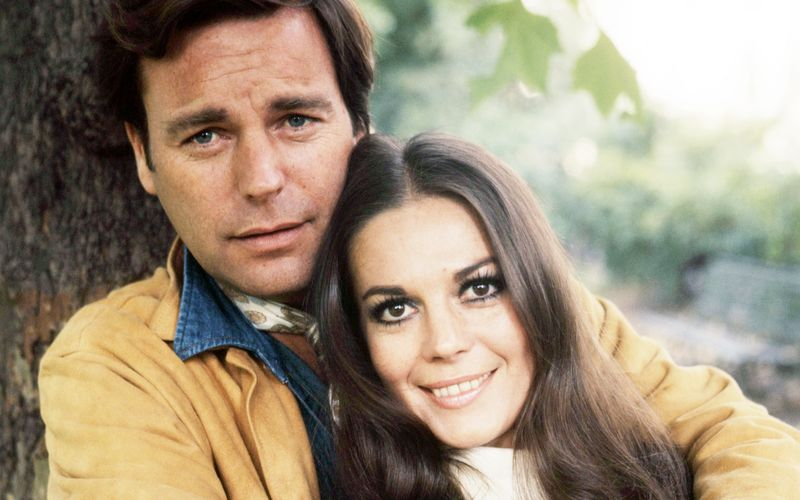 """Ihr Tod wird wohl für immer ein Mysterium bleiben: Natalie Wood (""""West Side Story"""") unternahm im November 1981 gemeinsam mit Ehemann Robert Wagner (Bild, """"Hart aber herzlich"""") und Co-Star Christopher Walken, mit dem sie gerade """"Projekt Brainstorm"""" drehte, einen Bootsausflug, von dem sie nicht lebend zurückkehren sollte ..."""