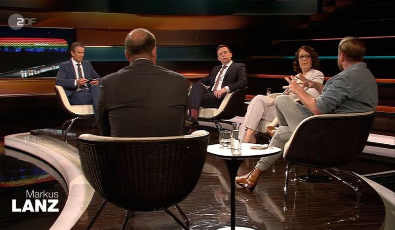 Von links: Markus Lanz diskutierte am Dienstagabend mit Journalist Robin Alexander, dem saarländischen Ministerpräsidenten Tobias Hans (CDU) und den Journalisten Christina Berndt und Lucas Vogelsang über das Verbot der UEFA, die Allianz-Arena in Regenbogenfarben zu beleuchten.