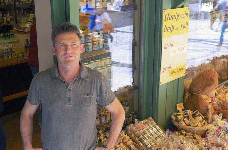 Wolfgang Kager betreibt ein Honiggeschäft auf dem Münchner Viktualienmarkt.