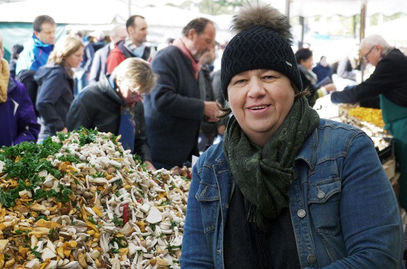 """Renate Zollner verkauft """"Schwammerl"""": Die Pilzhändlerin kennt sich gut aus und gibt ihr Fachwissen auch gerne an die Kunden weiter."""