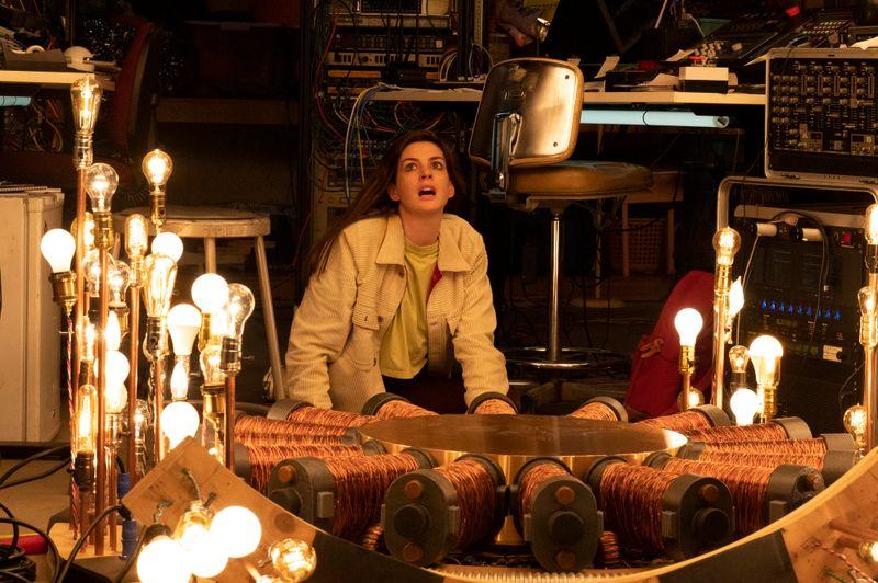 Anne Hathaway ist als Wissenschaftlerin von Zeitreisen besessen - und hat bei ihren Experimenten ungewöhnliche Begegnungen.