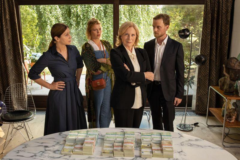 """Carla hat ihren Kindern als Mutter """"gekündigt"""". Die sind empört und entsetzt. Von links: Rita (Ulrike C. Tscharre), Doro (Jördis Triebel), Carla (Maren Kroymann) und Phillipp (Stefan Konarske)."""