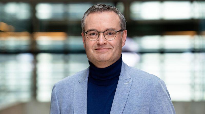 """Kaum jemand in Deutschland führt so viele Politiker-Interviews, die eine große Welle machen, wie Michael Strempel. Seit 1. Juli 2020 leitet der erfahrene Polit-Journalist das Berliner Studio des ARD-""""Morgenmagazins""""."""