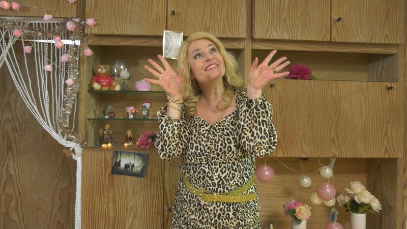 """In der BR-Comedyserie """"Fraueng'schichten"""" (neue Folge am Freitag, 16. Juli, um 22.05 Uhr) verkörpert Angela Ascher die unterschiedlichsten Frauentypen, wie etwa die Schlagerqueen Evi Ever."""