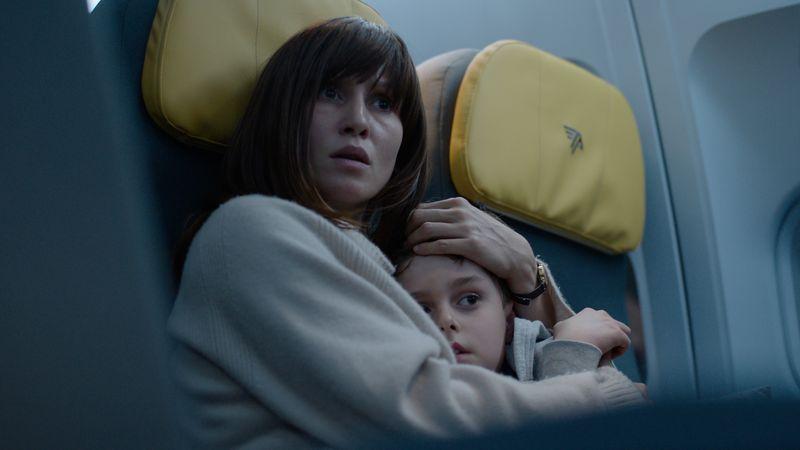 Nadja (Peri Baumeister) und ihr Sohn Elias (Carl Koch) erleben während eines Fluges den absoluten Horror.