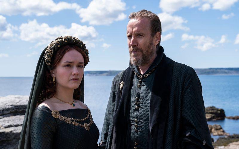 Erste Eindrücke von den Dreharbeiten in Cornwall: Olivia Cooke spielt die Rolle der Alicent Hightower. Rhys Ifans spielt deren Vater Otto Hightower.