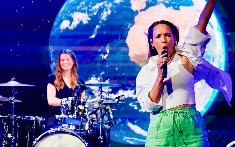 """Wenn die Erde kaputt ist, ruft der Mars: Gastgeberin Carolin Kebekus (rechts) interpretierte in ihrer ARD-Show, begleitet von Klima-Aktivistin Luisa Neubauer, Michael Jacksons """"Earth Song"""" neu."""