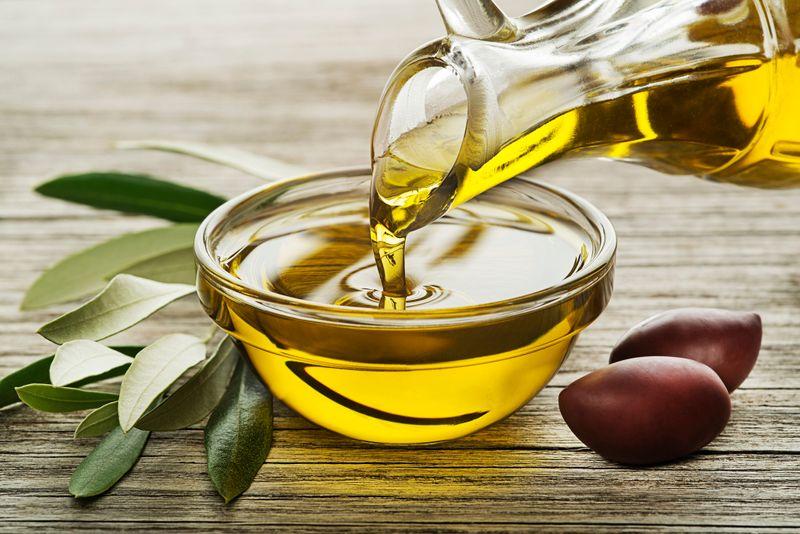 Traditionell wird Kernseife aus weniger hochwertigen Fetten zum Beispiel vom Tier oder aus Palmöl hergestellt. Es gibt aber auch Kernseifen aus Kokos- oder Olivenöl für Verbraucher, die Wert auf Nachhaltigkeit, Tierschutz oder einfach Qualität legen.