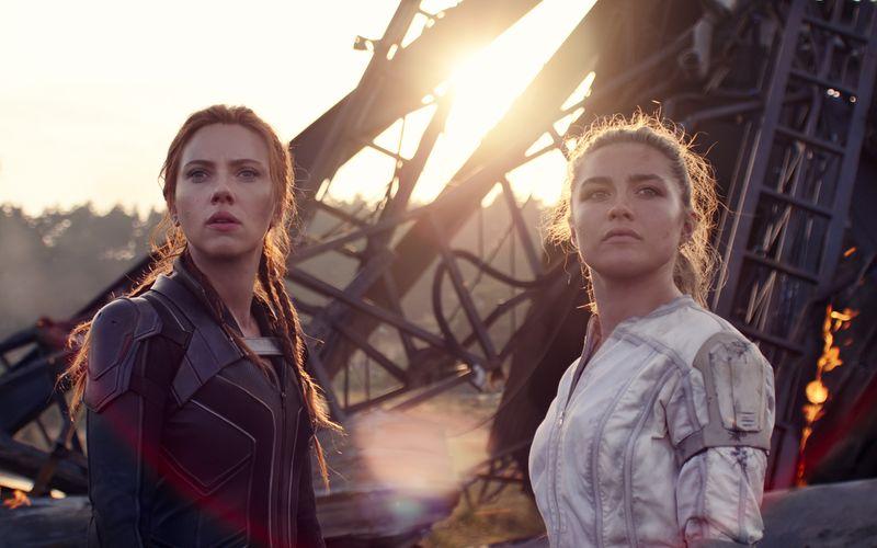 """Seit mehr als zehn Jahren spielt Scarlett Johansson (links) die Marvel-Figur """"Black Widow"""". Nun kam ihr erstes Solo-Abenteuer in die Kinos. An ihrer Seite diesmal: ihre Schwester Yelena (Florence Pugh)."""
