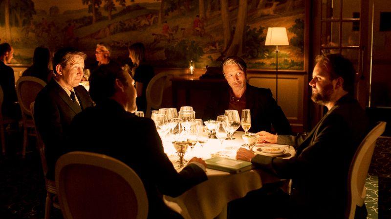 Vier befreundete Lehrer (von links: Thomas Bo Larsen, Lars Ranthe, Mads Mikkelsen und Magnus Millang) fassen einen Plan: Sie wollen ab sofort nur noch mit einem halben Promille Alkohol im Blut durchs Leben gehen.