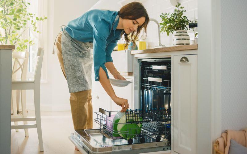 Einräumen, anschalten, ausräumen, fertig! So ein Geschirrspülautomat macht den Alltag einfacher, indem er uns viel Zeit beim Abwasch von verschmutztem Küchenkram erspart. Theoretisch kann uns der hilfreiche Automat sogar noch mehr Putztätigkeiten abnehmen. Seine Fähigkeiten reichen weit über die Küche hinaus ...