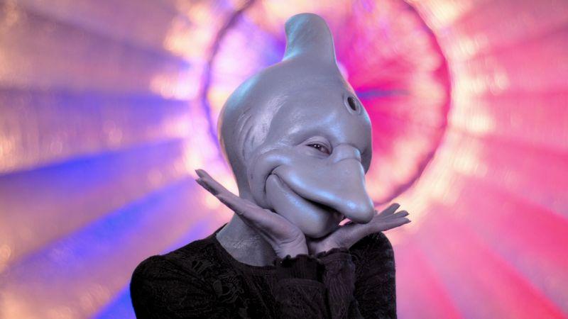 """Die neue Netflix-Dating-Show """"Sexy Beasts"""" ist eine skurrile TV-Balz mit Tier- und Horrormasken, bei der nur die Persönlichkeit zählen soll. Wer neben Flipper noch die große Liebe sucht, verrät die Galerie."""