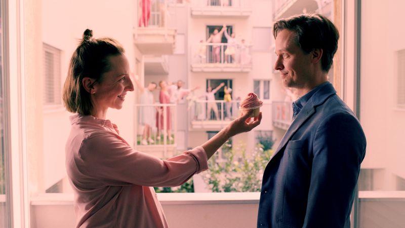 """Die Welt in Rosarot: Ist es ein Albtraum, wenn dich alle ganz doll lieben? Hauptfigur Tristan (Tom Schilling) macht diese Erfahrung in einer der Folgen von """"Ich und die Anderen"""". Sogar seine anstrengende, schwangere Freundin (Katharina Schüttler) ist plötzlich nett zu ihm."""