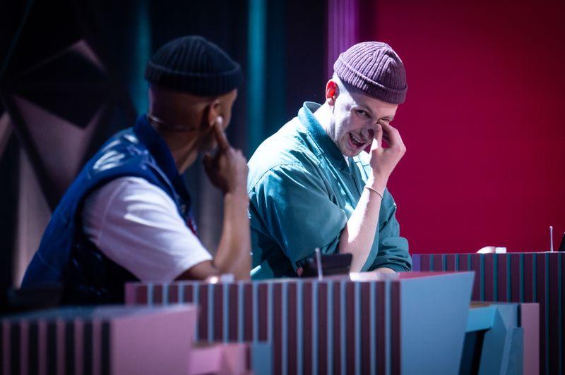 Nur Zufall: Simon trug eine Kopfbedeckung, wie sie Teddy zu seinem Markenzeichen gemacht hat. Aber ja doch: Der 29-Jährige kann als Schauspieler eben auch gut in Rollen schlüpfen. Er hat sich gute Vorbilder gesucht.