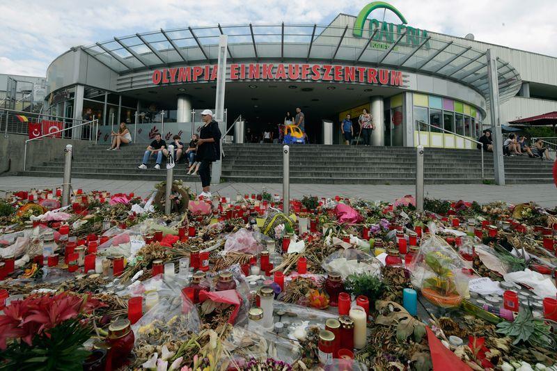 Trauer vor dem OEZ in München: Vor fünf Jahren wurden bei in dem Einkaufszentrum bei einem Amoklauf neun Menschen getötet.