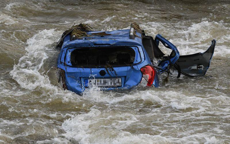 Die Wassermassen bei der Flutkatastrophe in Westdeutschland rissen alles mit. Auch Autos wurden zum Spielball der Flut.