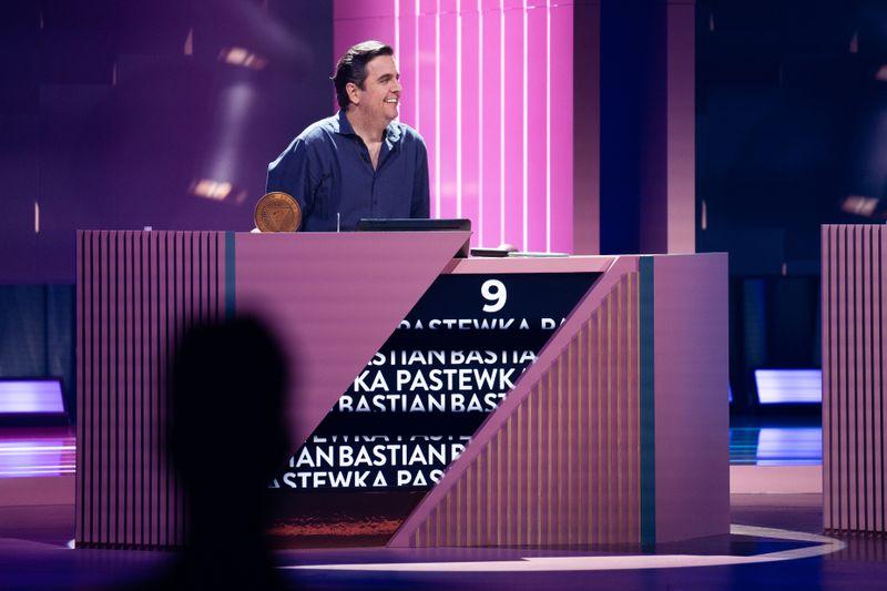 """So sehen Sieger aus: Bastian Pastewka hat die Sensation geschafft. Er schlug Joko Winterscheidt im Finale von """"Wer stiehlt mir die Show"""" und darf die irrwitzige ProSieben-Sendung ab sofort moderieren. Glückwunsch und Hut ab!"""