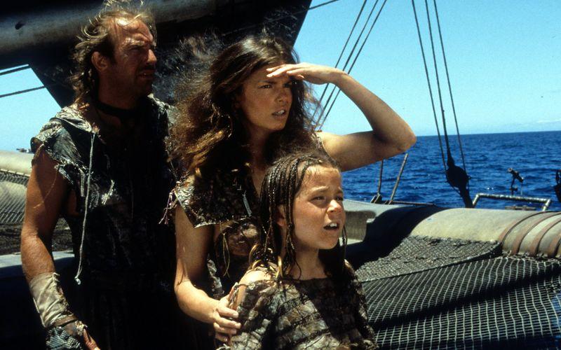 """In """"Waterworld"""" (1995) suchten Mariner (Kevin Costner), Helen (Jeanne Tripplehorn, Mitte) und Enola (Tina Majorino) fieberhaft nach einem Flecken Land, das nicht vom Meer überflutet wurde."""