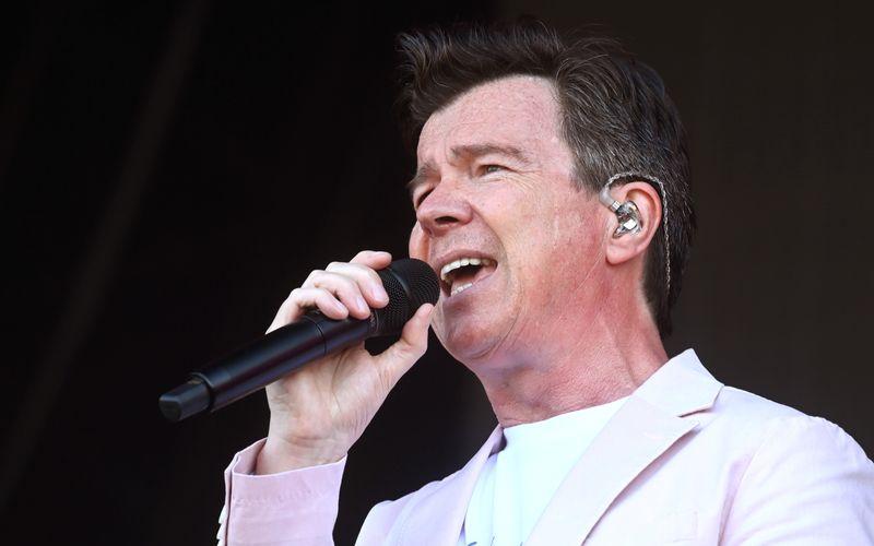 """Mit """"Never Gonna Give You Up"""" feierte Rick Astley in den späten 80-ern riesige Erfolge. Jetzt hat der offizielle Videoclip die Marke von einer Milliarde YouTube-Klicks geknackt."""