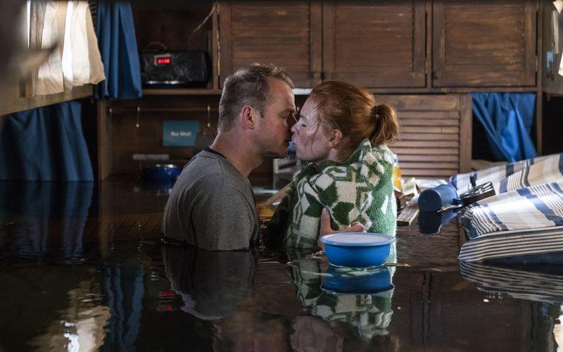 Ein Abschiedskuss, das Ende? - Hauke Jacobs (Hinnerk Schönemann) versucht, mit einem von ihm eingeleiteten Wassereinbruch  auf einem Kutter der Kommissarin Lona Vogt (Henny Reents) das Leben zu retten.