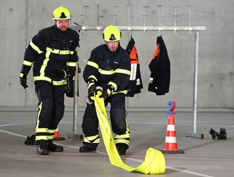 Bastian Bielendorfer (links) und Bülent Ceylan müssen lernen, einen Brand zu löschen.