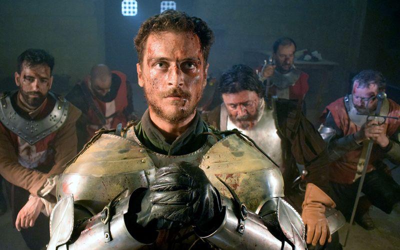 Sichtlich vom Krieg gezeichnet beten Ritter Raymonde (Davide Tucci) und sein Gefolge in Fort St. Elmo.