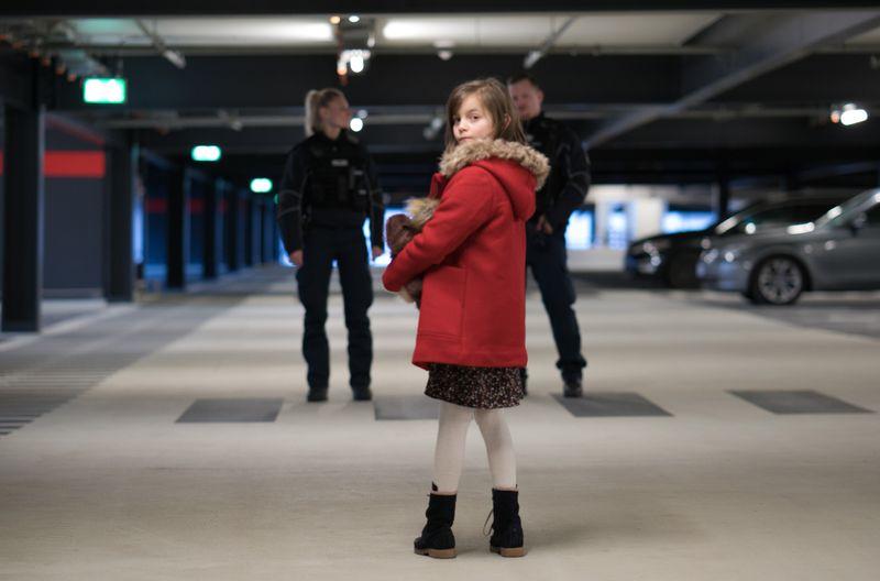 Ihr Vater wurde entführt, die sechsjährige Manja Petrow (Rena Harder) am Flughafen zurückgelassen.
