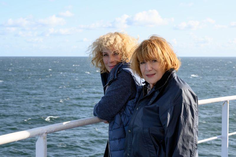 """Nina Hoger (links) ist die Tochter der Schauspielerin Hannelore Hoger. In """"Zurück ans Meer"""" standen die beiden erstmals seit über zehn Jahren wieder vor derselben Kamera."""
