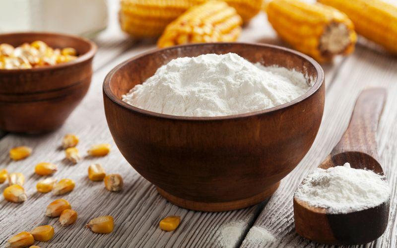Oft sind es Lebensmittel, die man nur selten verwendet, bei denen das Mindesthaltbarkeitsdatum überschritten wird: Maisstärke zum Beispiel. Sofern das weiße Pulver gut verschlossen gelagert wird, sollte es auch nach einem oder gar mehreren Jahren als Saucenbinder funktionieren.