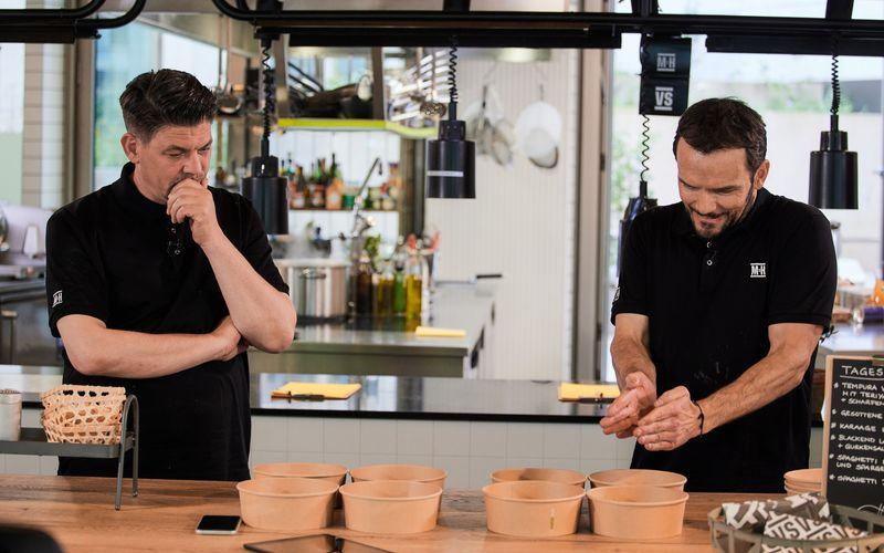 Im gemeinsamen Pop-Up-Lieferservice rätseln Tim Mälzer und Steffen Henssler anhand von Hinweisen: Für wen genau kochen wir eigentlich - und was schmeckt diesen Leuten?