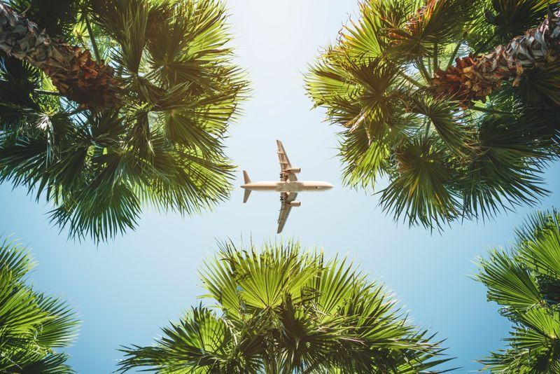 Bei jeder Reise sollte bedacht werden: je weiter das Urlaubsziel entfernt ist, desto höher ist der verursachte CO2-Ausstoß. Dazu zählen vor allem Fernreisen per Flugzeug. Zum Beispiel verbraucht ein Flug von Düsseldorf nach Mallorca etwa 0,75 Tonnen CO2 pro Kopf, nach New York sogar 3,65 Tonnen CO2. Als Ausgleich für den CO2-Ausstoß kann in Klimaschutzprojekte investiert werden.