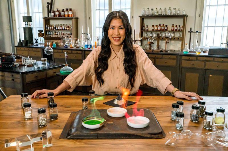 """Bei """"Terra X"""" klärte Mai Thi Nguyen-Kim über die Geschichte der Chemie auf."""