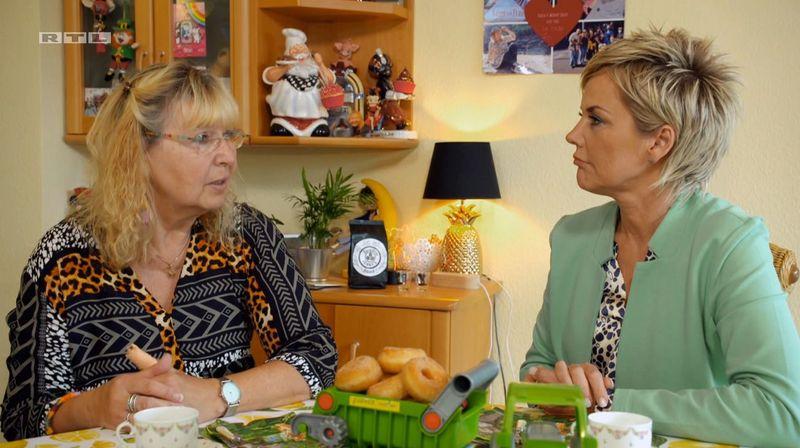 Hofdame Karin (links) berichtet Inka Bause von Werners letzten Tagen.
