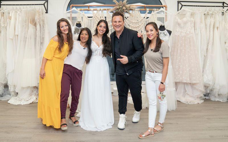 Programmiererin Maria (Mitte) will sich mit Unterstützung ihrer Freundin Julia (links), ihrer Mutter Jean (zweite von links) und ihrer Schwester die Hochzeit à la Guido Maria Kretschmer erkämpfen.