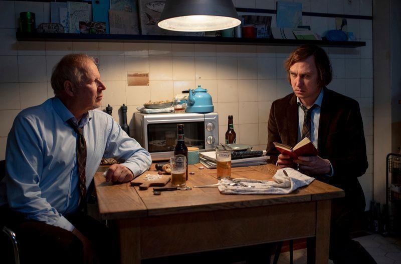 """Kai (Lars Eidinger, rechts) und Borowski (Axel Milberg) haben eine besondere Beziehung. Um sie zu verstehen, kann man sich zur Wiederkehr von Eidingers """"stillem Gast"""" die ersten beiden Filme in der ARD Mediathek anschauen."""