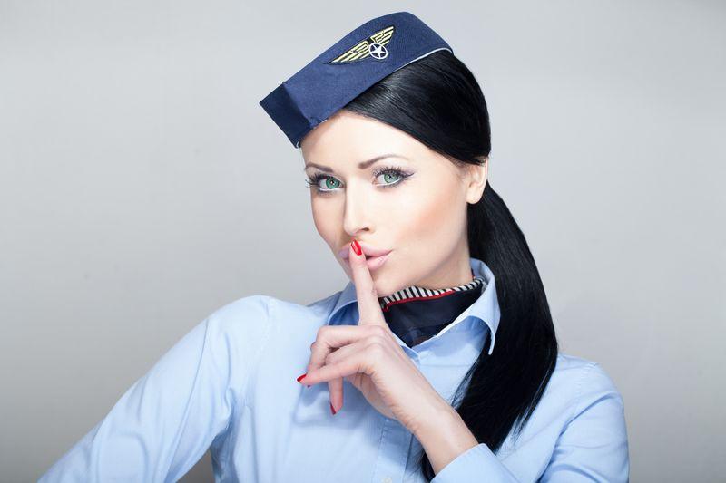 """Wer kennt die Bedeutung der geheimen Codes """"Dead Head"""", """"Hugo"""" und """"Jim Wilson""""? Hierbei handelt es sich um verschlüsselte Botschaften, die von der Crew während des Flugbetriebs genutzt werden, damit Passagiere und Passagierinnen nicht alles mitkriegen, was die Flugzeug-Crew bespricht oder untereinander austauscht. Wir verraten Ihnen, was hinter den Codewörtern steckt ..."""