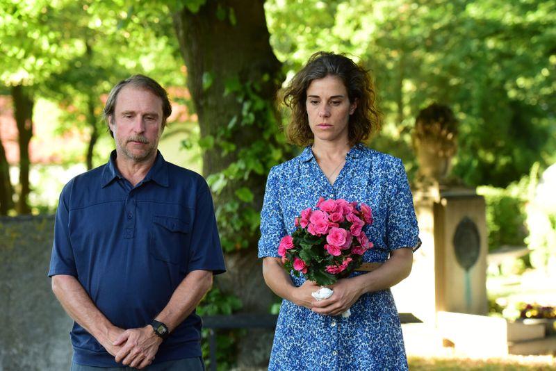 Volker (Bjarne Mädel) und seine gute Freundin Lena (Anne Schäfer) besuchen ein Grab. Hier liegt ein Mensch, dem sie beide sehr nahestanden.