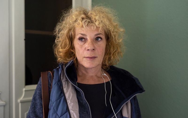 """In dem Mutter-Tochter-Drama """"Zurück ans Meer"""" spielt Nina Hoger Mara, die vor über 20 Jahren entführt wurde. Bis heute leidet die Frau an den Folgen des Traumas."""