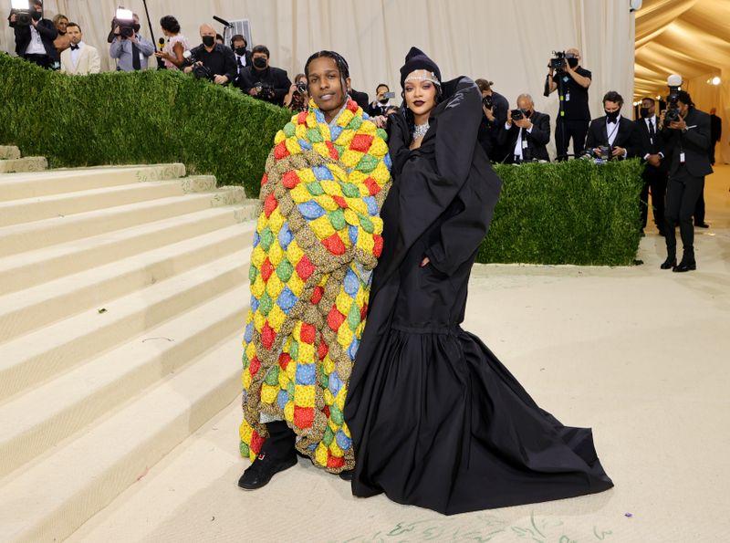 Schon in den vergangenen Jahren hatte die barbadische R&B-Sängerin Rihanna mit ihren extravaganten Auftritten für Schlagzeilen gesorgt. Bei der Met-Gala 2021 erschien sie in einer bodenlangen schwarzen Robe von Balenciaga und mit Schmuck von Maria Tash. Ihr derzeitiger Lebenspartner A$AP Rocky setzte mit einem farbenfrohen Mantel von ERL einen Kontrast.