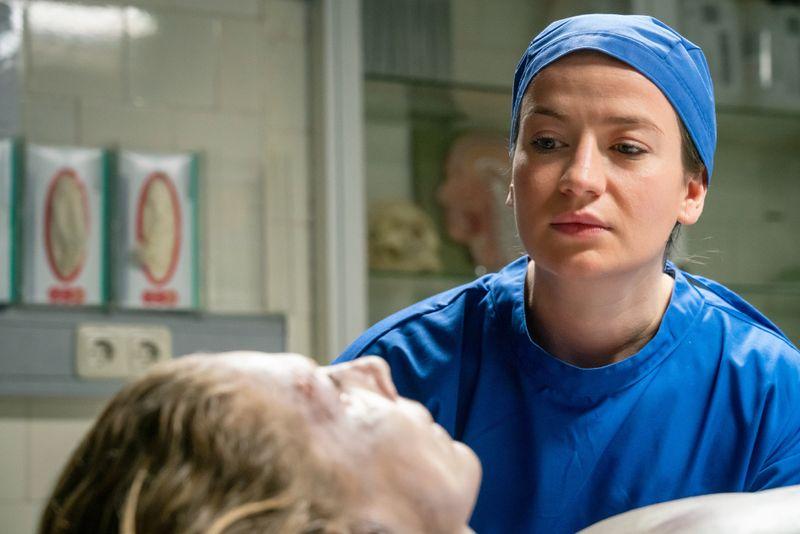 Dr. Theresa Wolff (Nina Gummich) arbeitet mit ungewöhnlichen Methoden: Sie spricht mit Leichen oder auch mal mit toten Tieren, die sie im Wald findet.