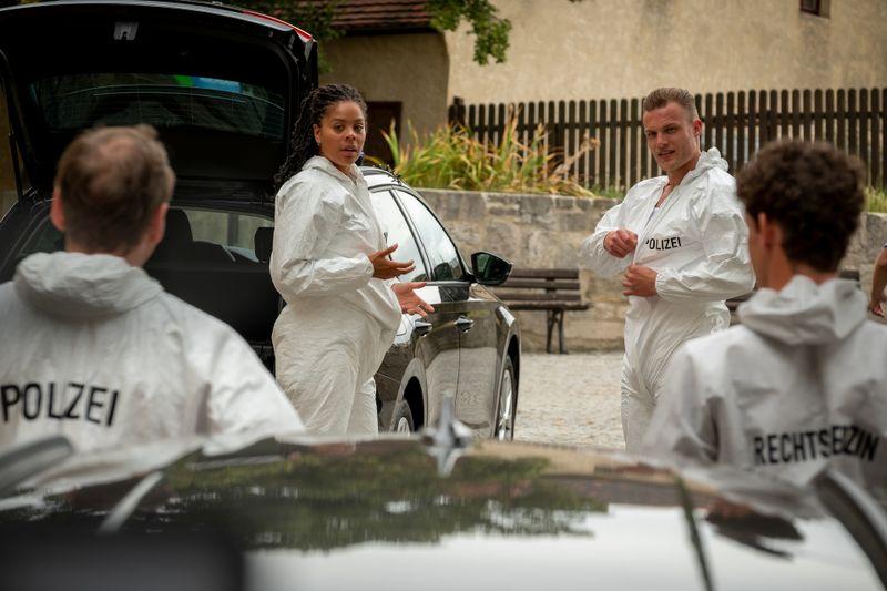 AC (Jane Chirwa, Mitte links) und Robin (Robert Maaser, Mitte rechts) machen sich für die Tatort-Untersuchung im Weinberg bereit.