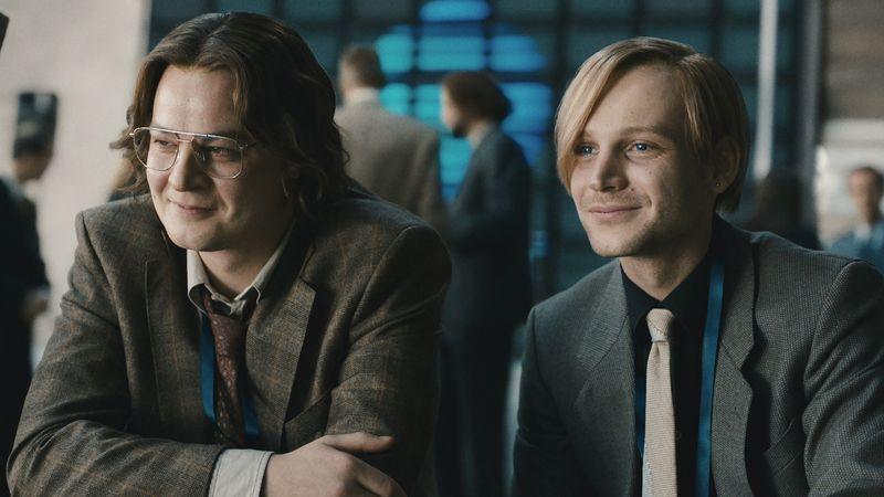 Juri (Marius Ahrendt, links) und Carsten (Leonard Scheicher) legen sich mit Google an.