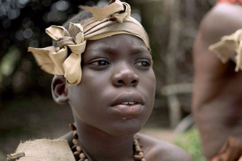 Vor etwa 60.000 Jahren beginnt der Homo sapiens, auch die Welt außerhalb Afrikas zu besiedeln. Die Afrikanerin (Francis Buabung) ist ein Nachkomme der Ureinwohner.