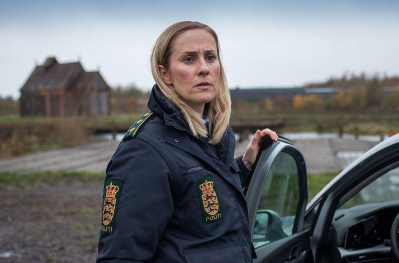 """Die Polizistin Ida Sörensen, gespielt von Marlene Morreis, ist die Normalo-Heldin des neuen """"Dänemark-Krimis"""" der ARD. Sie schiebt uniformierten Dienst in Ribe, Dänemarks ältester Stadt. Zeit für deren mittelalterliche Schönheit bleibt jedoch wenig. Ein Serienmörder ist unterwegs!"""